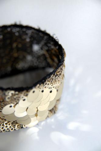 Abbildung zu LITTLE GOLDEN GLITTER - Armband (m013) der Marke Mondin aus der Serie Hals- und Armschmuck